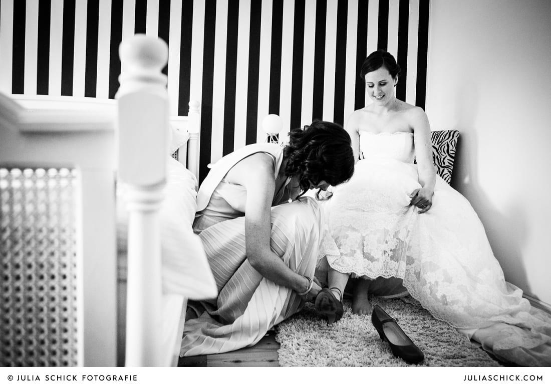 Trauzeugin hilft Braut beim Getting Ready