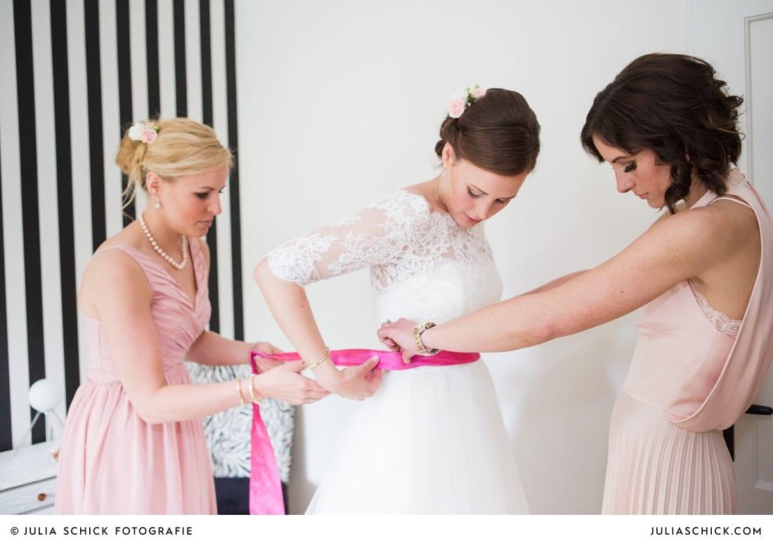 Braut beim Anziehen des brautkleides in Münster