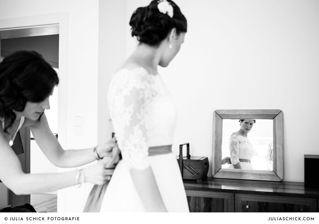 Braut in Brautkleid von pronovias vor Spiegel