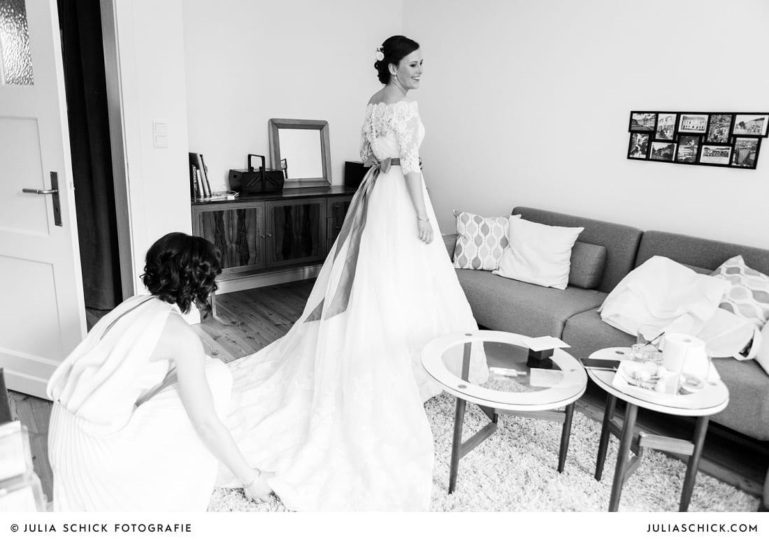 Braut vor Spiegel beim Getting Ready in einer Ferienwohnung in Münster