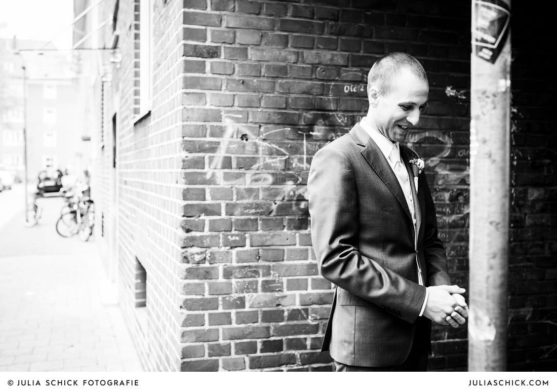 Bräutigam wartet auf seine Braut vor dem First Look in Münster