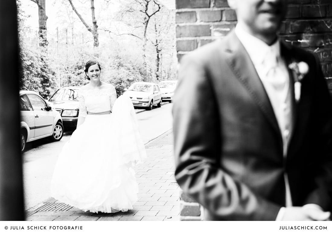 Braut geht auf Bräutigam zu