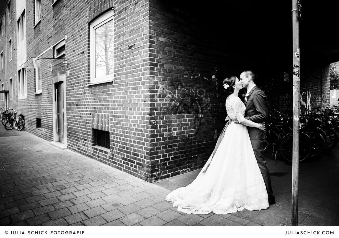 Brautpaar vor Ziegelsteinen in Münster