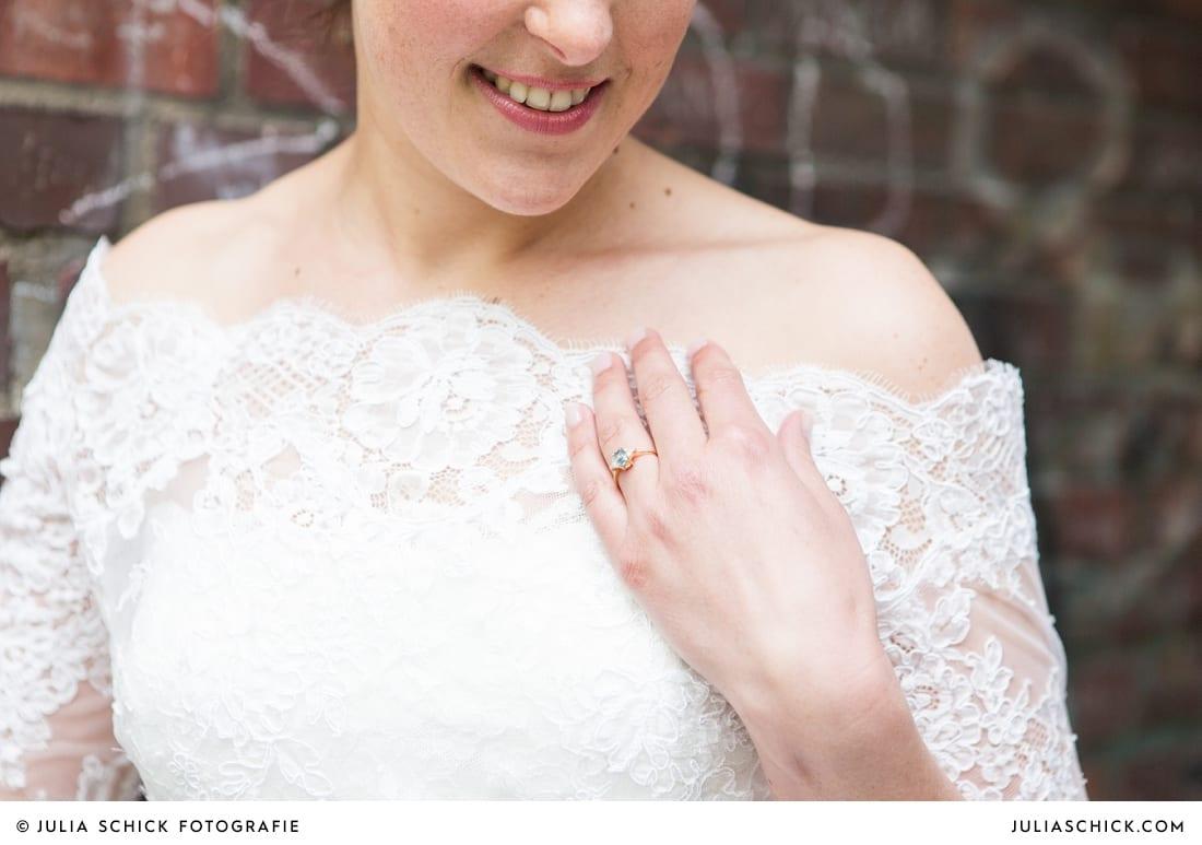 Verlobungsring mit blauem Stein an der Hand der Braut
