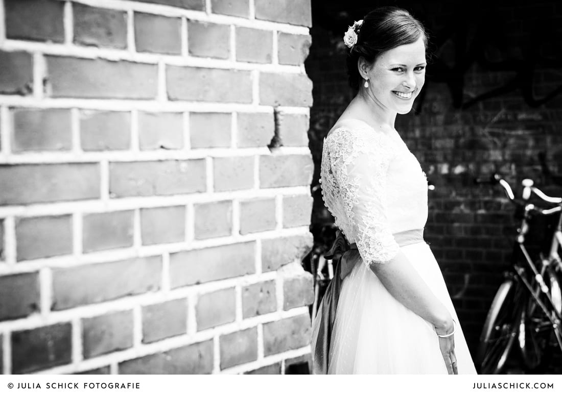 Braut vor Ziegelwand in Münster