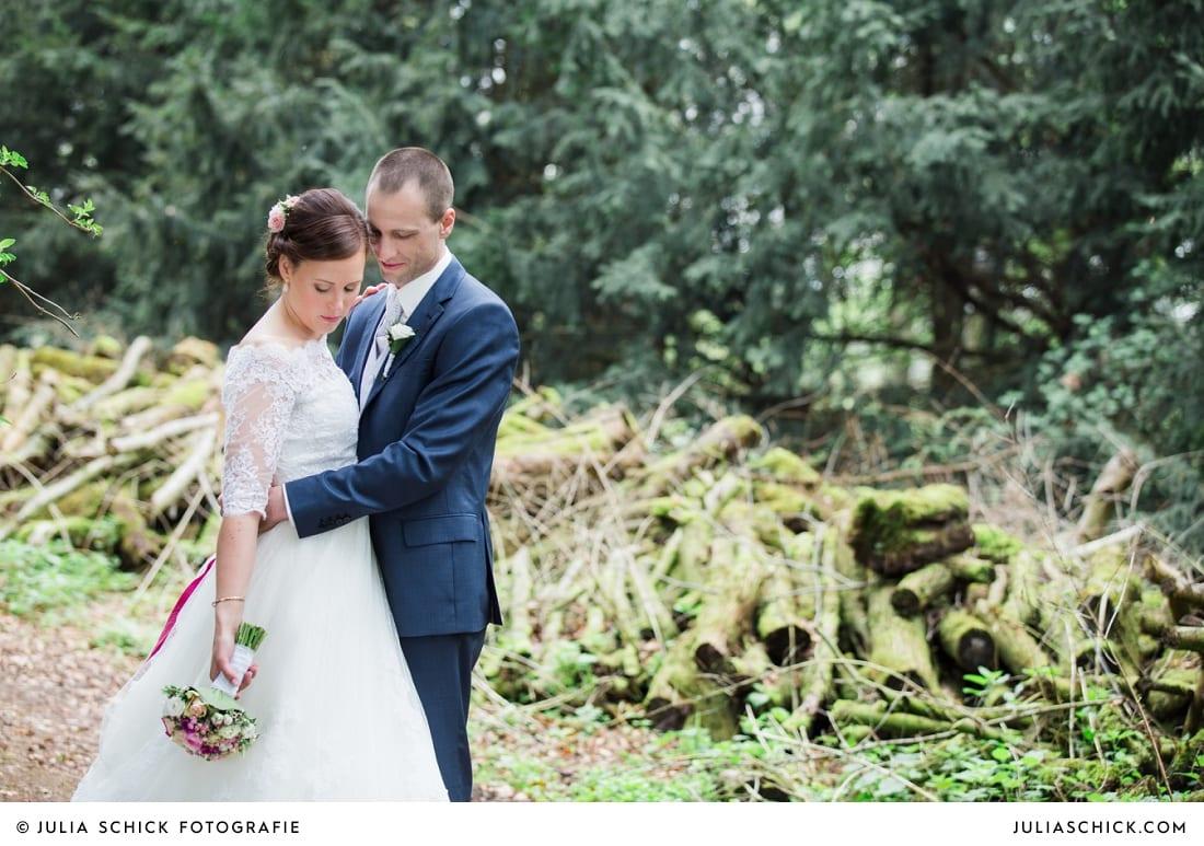 Brautpaar vor Holzstapel auf Burg Hülshoff