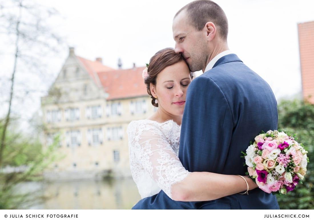 Hochzeitsfoto von Brautpaar auf Burg Hülshoff