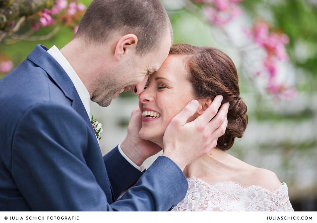 Brautpaar mit Kirschblüten