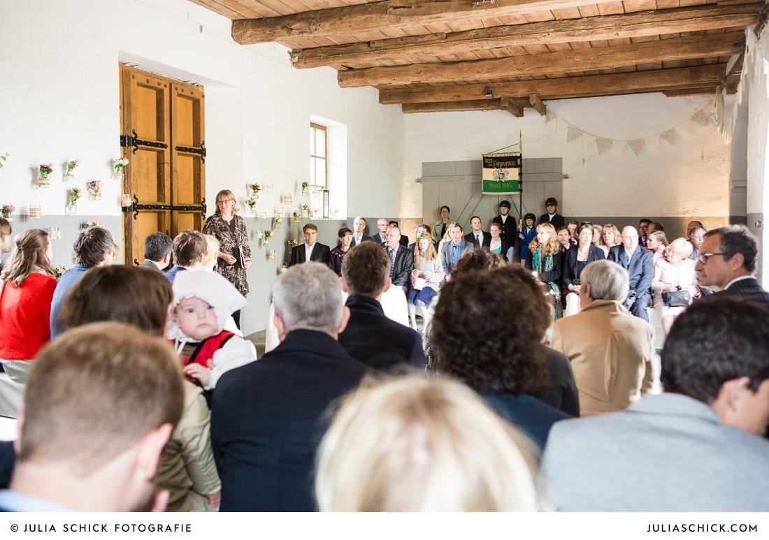 Hochzeitsgäste bei freier Trauung auf Burg Hülshoff