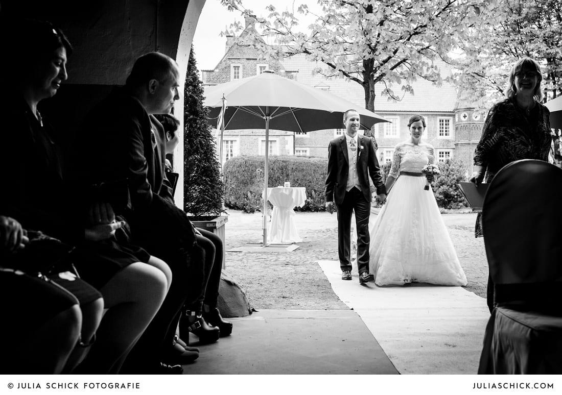 Einzug des Brautpaares bei freier Trauung auf Burg Hülshoff in Havixbeck