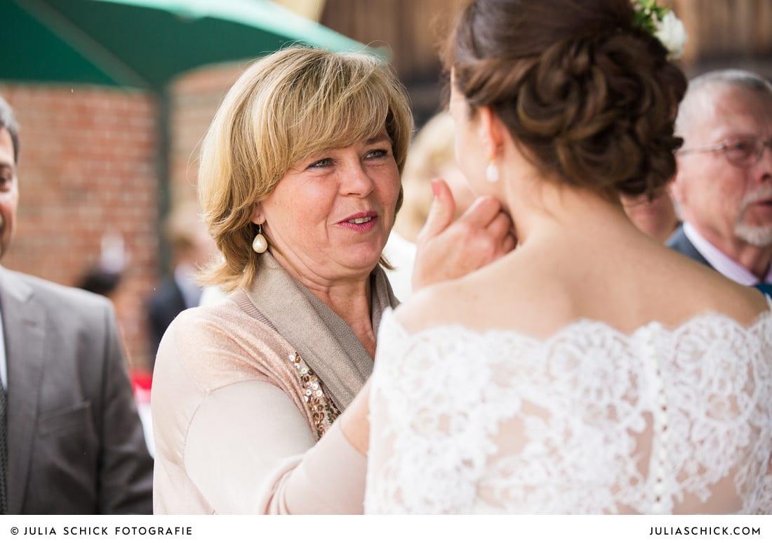 Gratulierende Mutter bei Hochzeit auf Burg Hülshoff