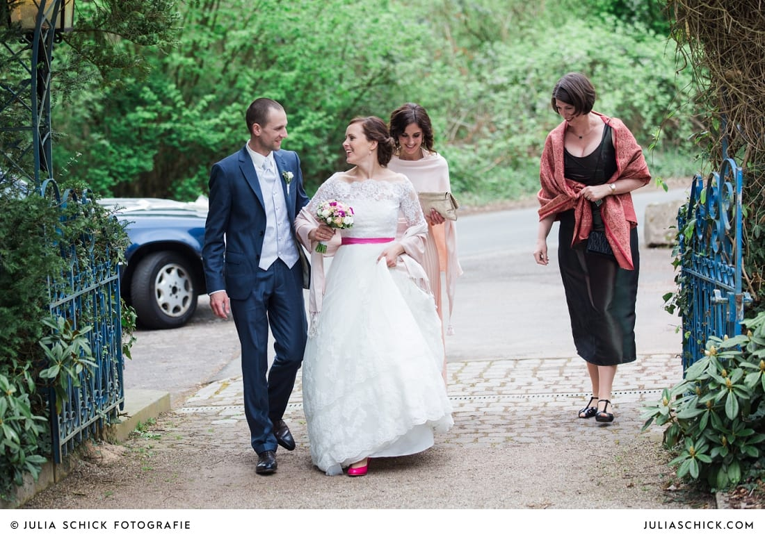 Brautpaar kommt auf Sudmühlenhof an