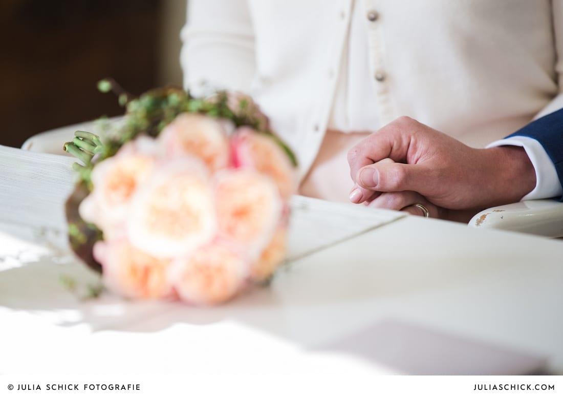 Hände des Brautpaares bei standesamtlicher Trauung auf Haus Havixbeck