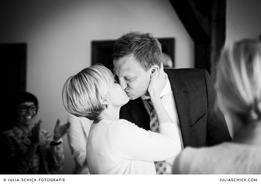 Küssendes brautpaar bei standesamtlicher Trauung auf Haus Havixbeck