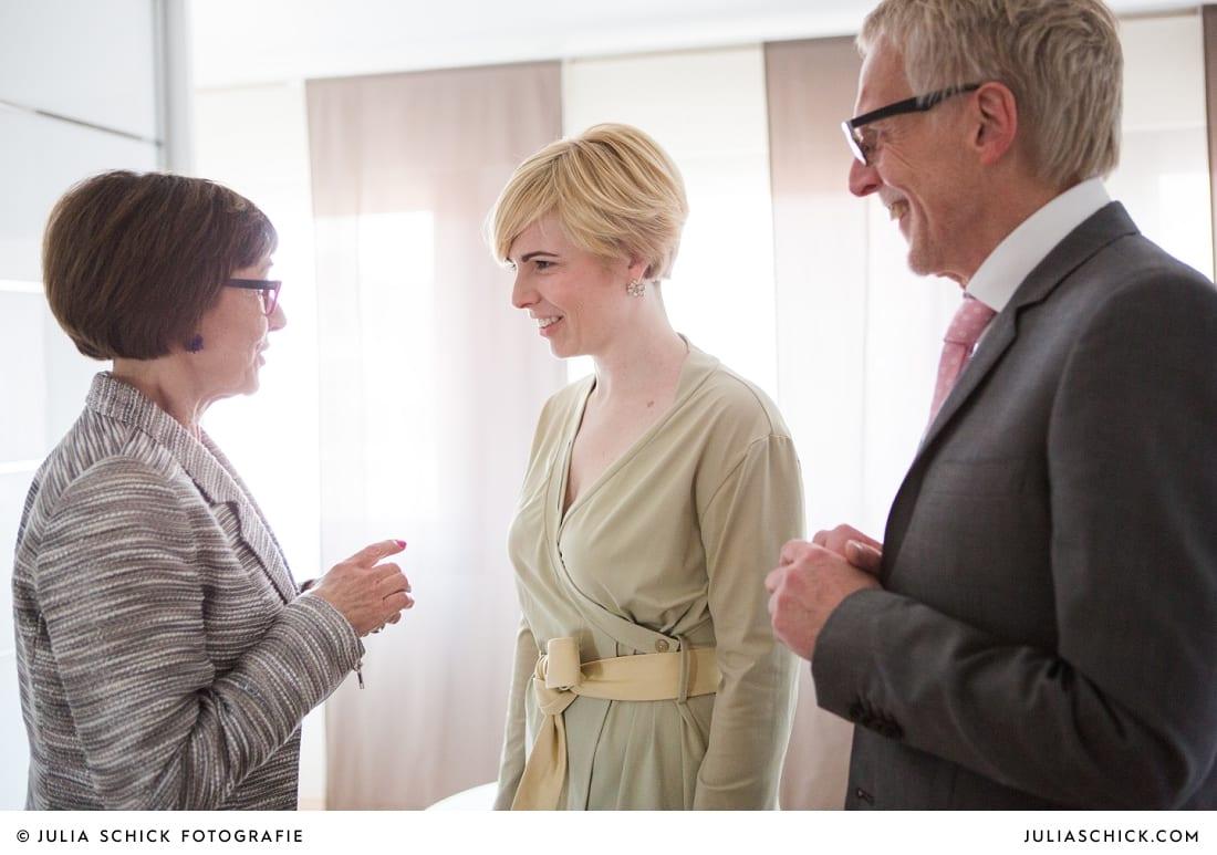 Braut erhält Geschenk von Eltern bei getting Ready am Hochzeitstag in Havixbeck