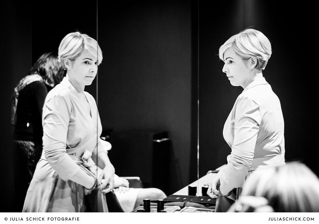 Braut beim Getting Ready bei Weiper Friseure in Havixbeck