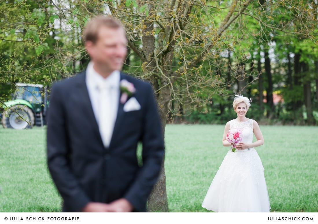 Bräutigam wartet in den Baumbergen auf seine Braut