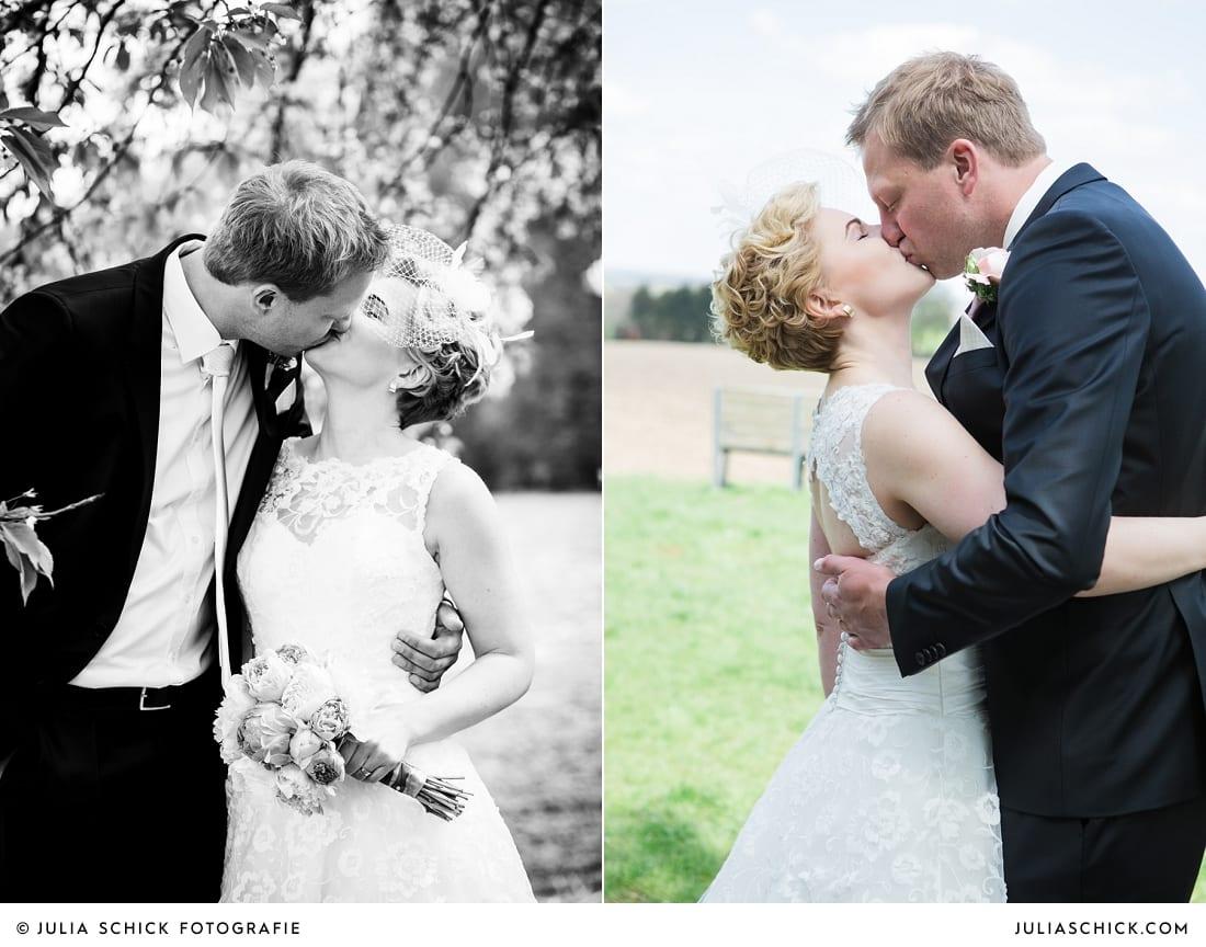 Küssendes Brautpaar beimFirst Look beim Hochzeitsfotoshooting in den Baumbergen in Havixbeck