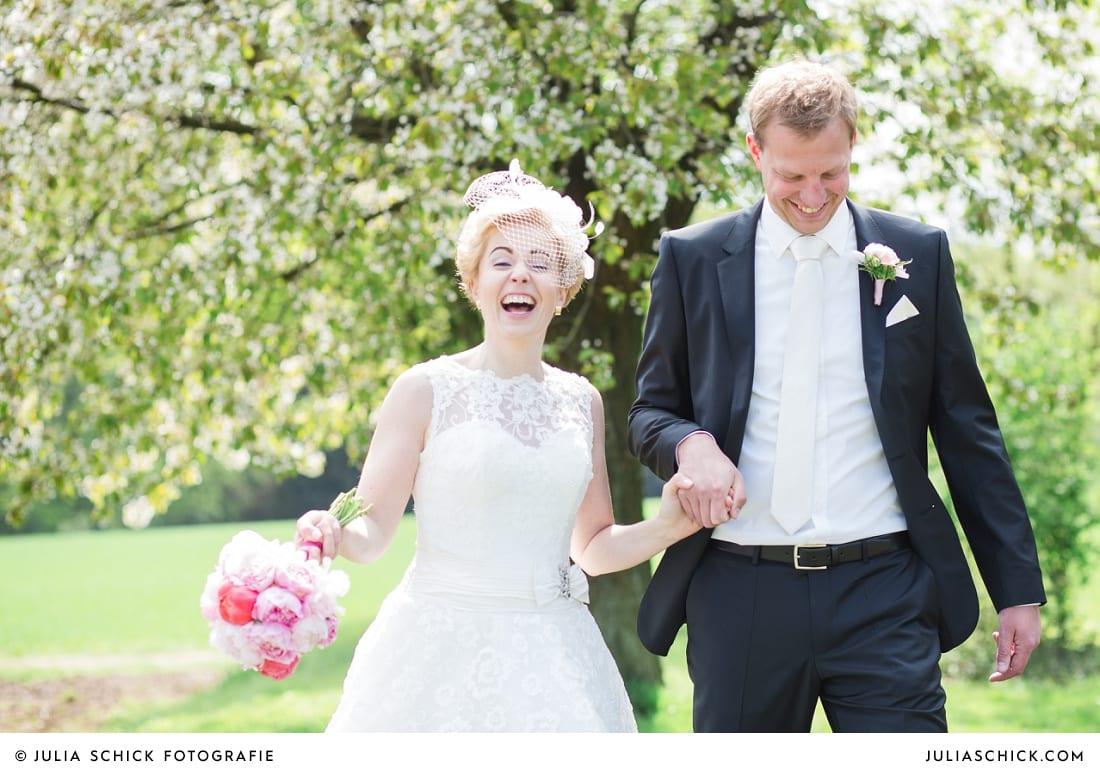 Brautpaar vor blühendem Baum bei Hochzeitsfotoshooting in Havixbeck