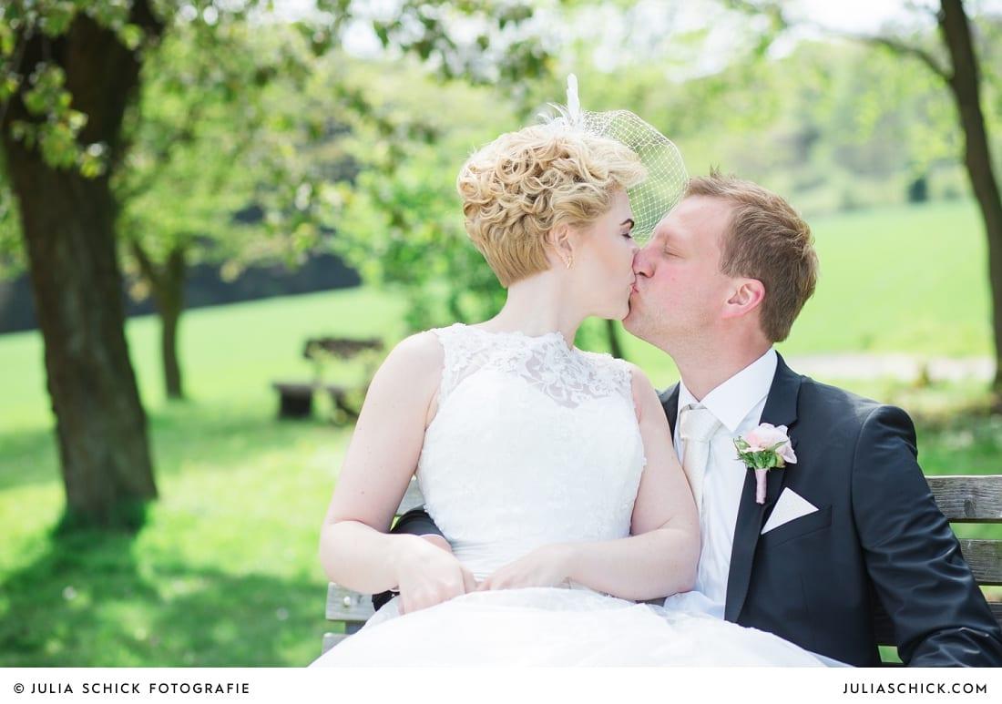 Küssendes Brautpaar beim Hochzeitsfotoshooting in den Baumbergen