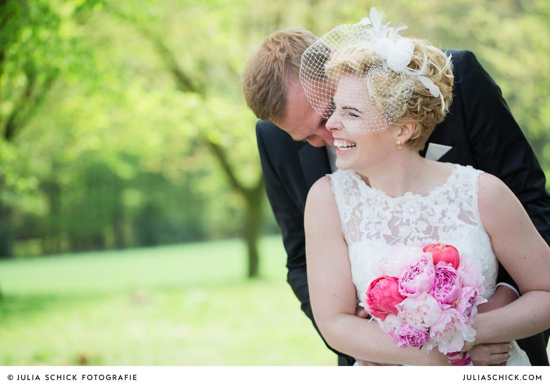 Küssendes Brautpaar beim Hochzeitsfotoshooting in den Baumbergen bei Havixbeck