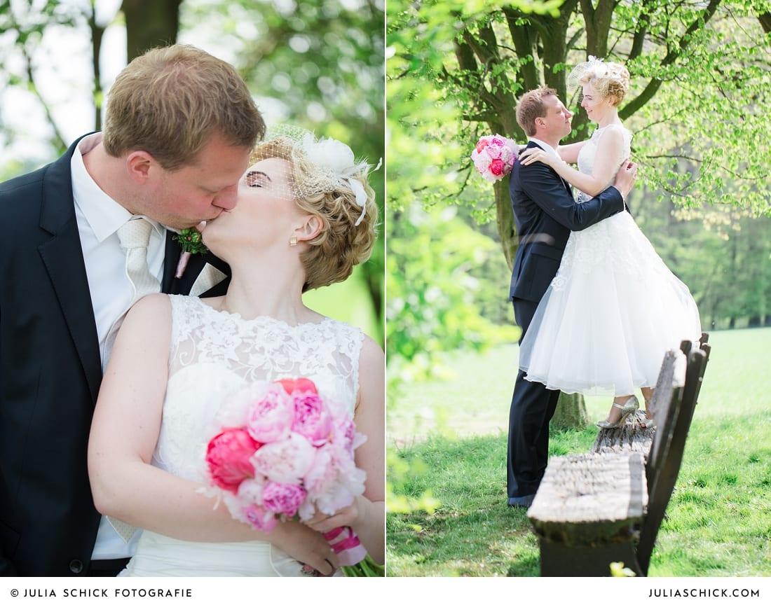 Küssendes Brautpaar auf Bank beim Hochzeitsfotoshooting in den Baumbergen bei Havixbeck