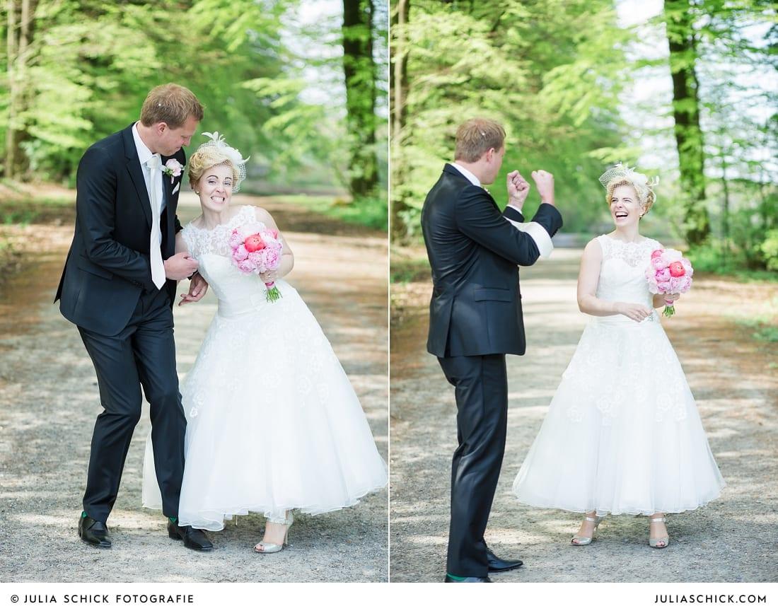 Brautpaar hat Spaß bei Fotoshooting in den Baumbergen bei Havixbeck