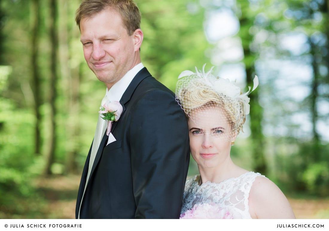 Brautpaar beim Fotoshooting im Wald in den Baumbergen in Havixbeck