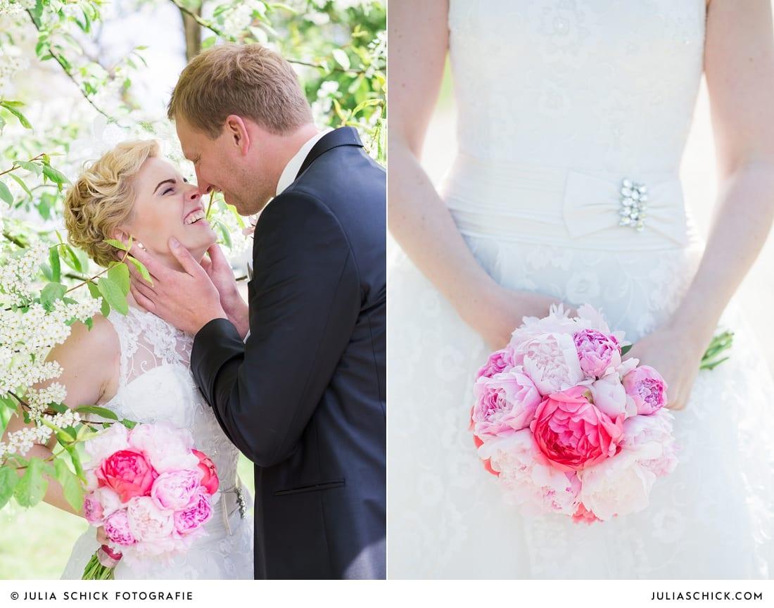 Braut mit Brautstrauß mit rosa und pinken Pfingstrosen