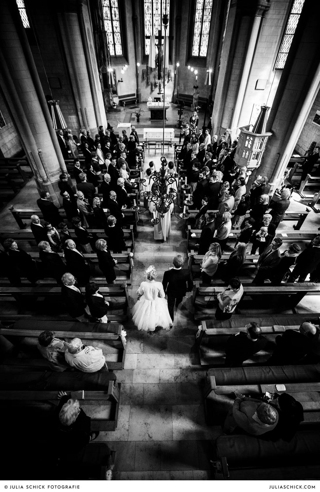 Brautpaar bei Einzug in die St. Dionysius in Havixbeck