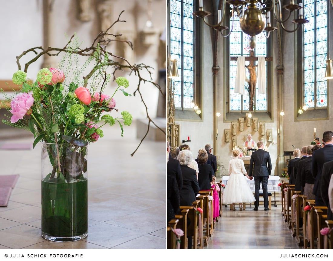 Blumendekoration aus Pfingstrosen und Brautpaar bei Gottesdienst in der Kirche St. Dionysius in Havixbeck