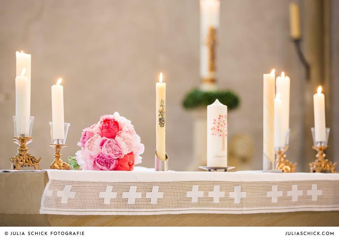 Brautstrauß und Hochzeitskerze bei Traugottesdienst in der Kirche St. Dionysius in Havixbeck