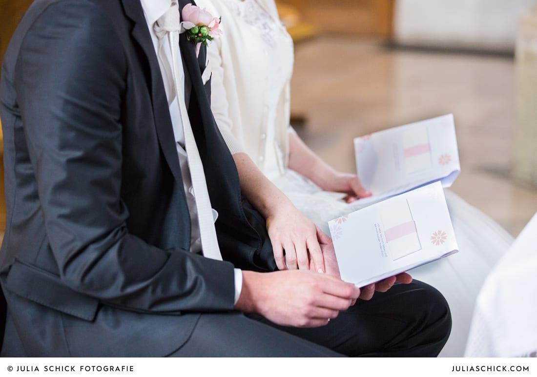 Kirchenhefte mit Brautpaar bei Gottesdienst in der Kirche St. Dionysius in Havixbeck