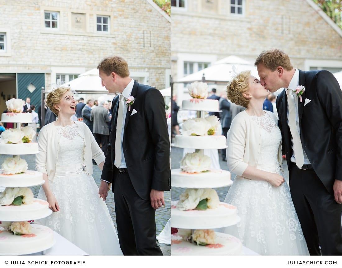 Brautpaar schneidet Hochzeitstorte von Café Classique auf dem Marienhof in Nottuln an