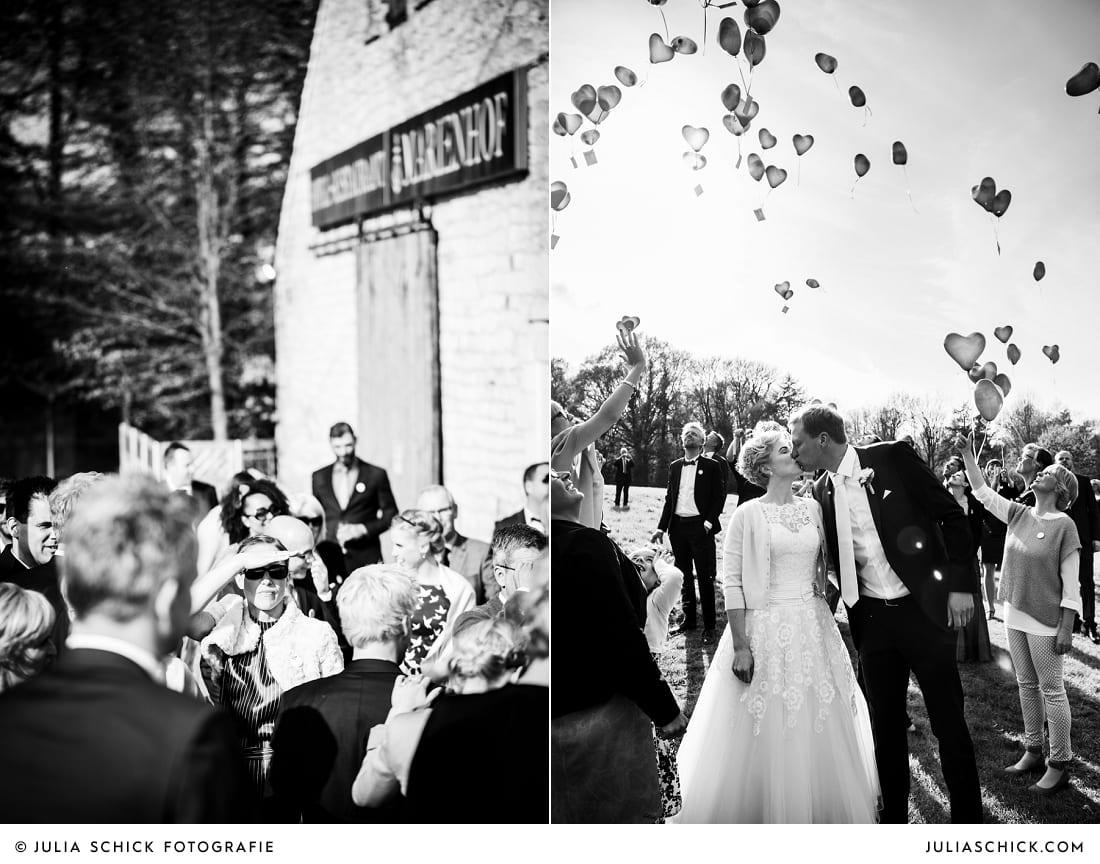 Brautpaar lässt Ballons steigen auf dem marienhof in Nottuln