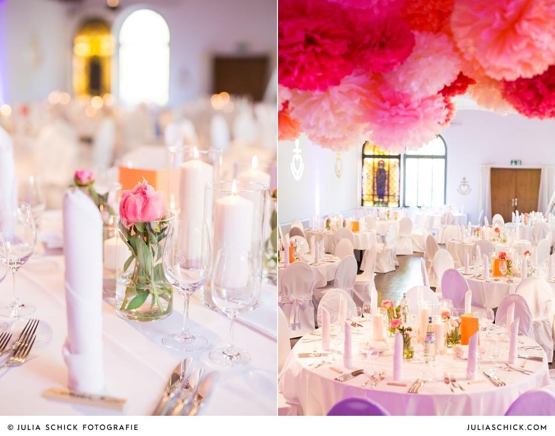Hochzeitsdekoration mit rosa und pinken Pfingstrosen und Pompoms auf dem Marienhof in Nottuln, Baumberge