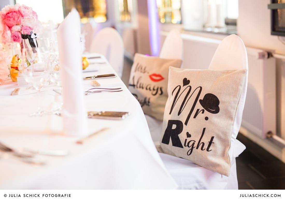 Kissen Mr Right Hochzeitsdekoration mit rosa und pinken Pfingstrosen und Pompoms auf dem Marienhof in Nottuln, Baumberge