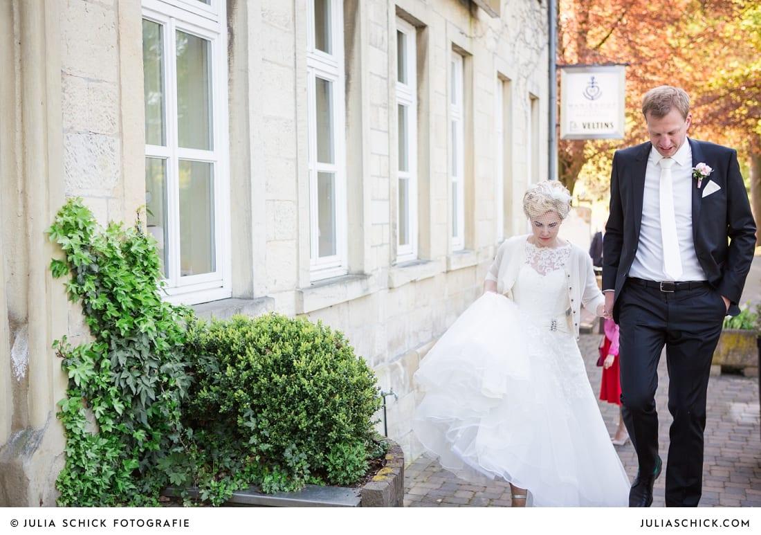Brautpaar beim Einzug in den Marienhof in den Nottulner Baumbergen