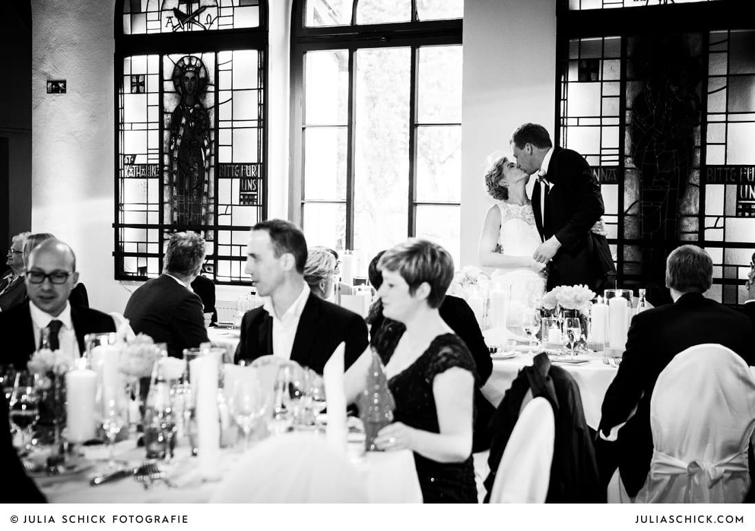 Küssendes Brautpaarauf dem Marienhof, Baumberge Nottuln