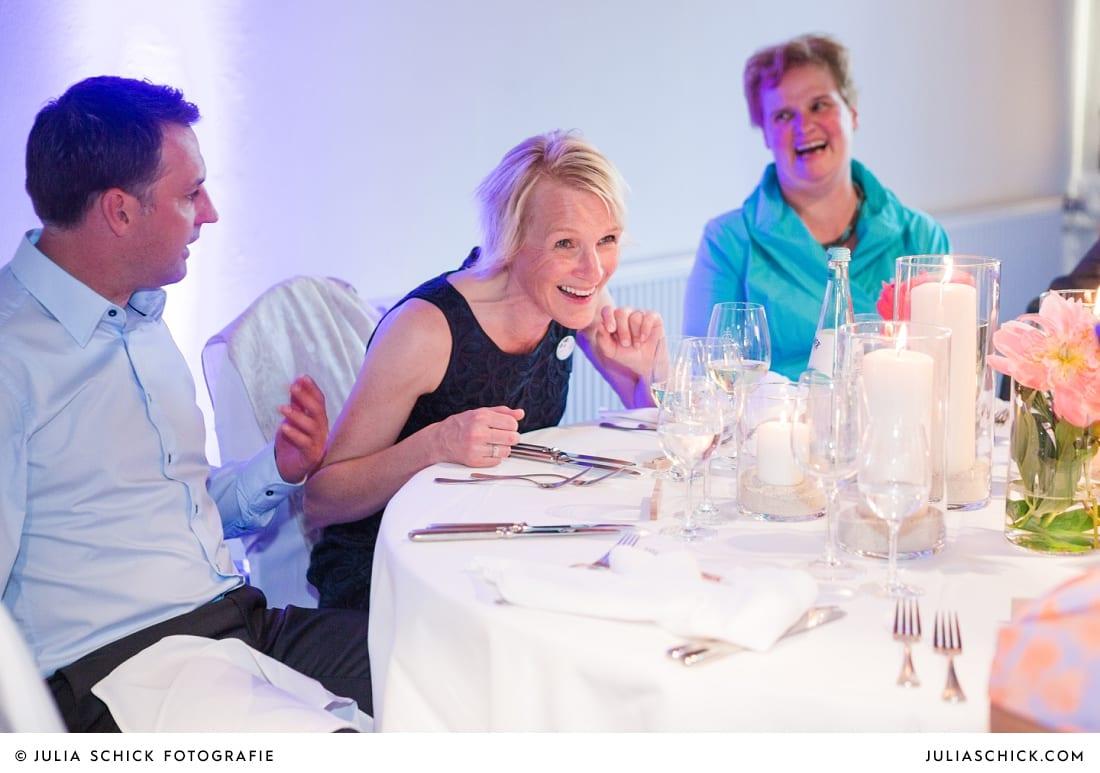 Lachender Gast bei Hochzeitsfeier auf dem Marienhof, Baumberge Nottuln