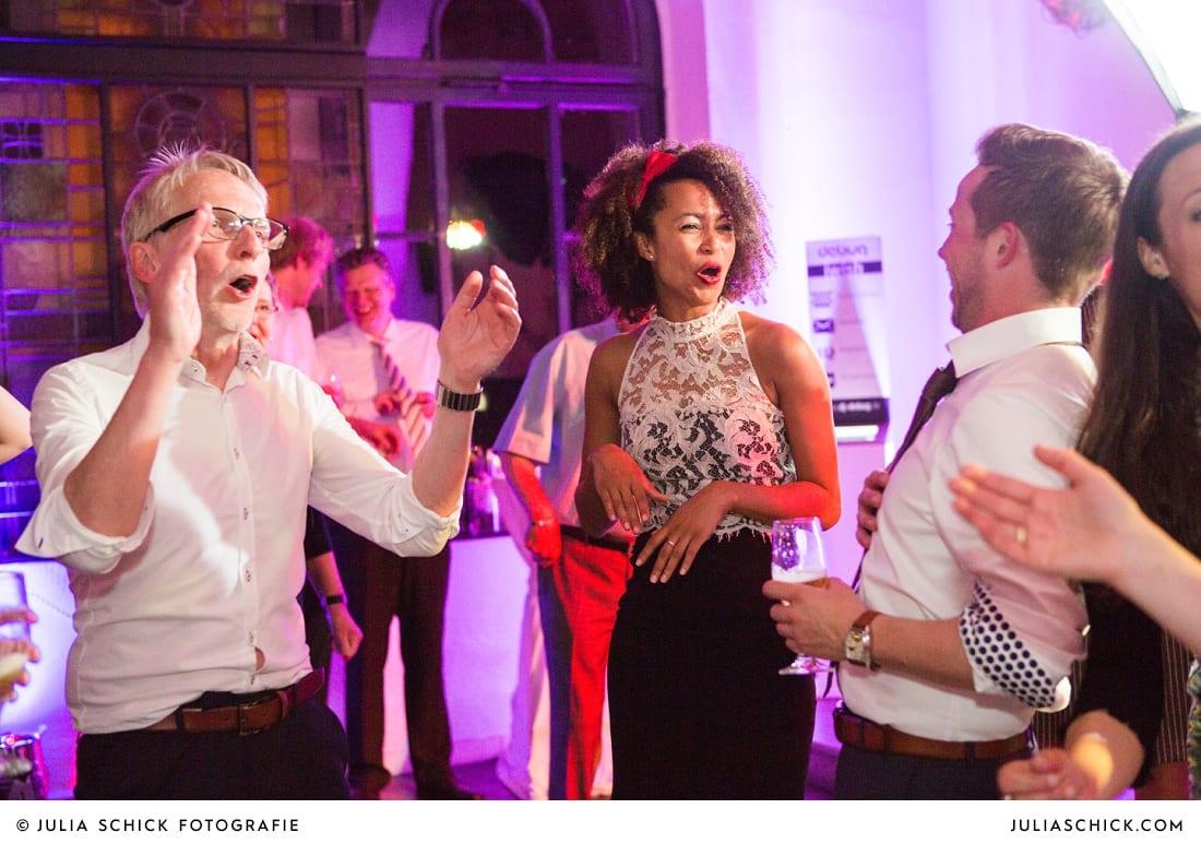 Tanzende Gäste bei Hochzeitsfeier auf dem Marienhof, Baumberge Nottuln
