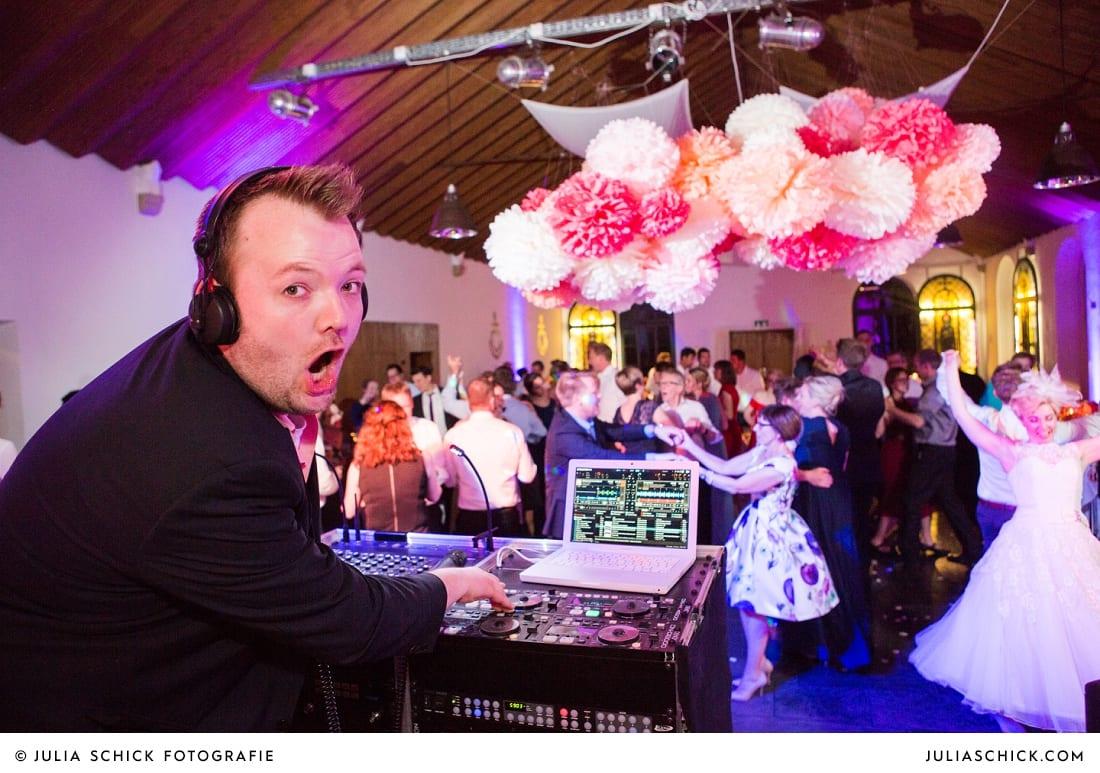 DJ debug und tanzende Gäste bei Hochzeitsfeier auf dem Marienhof, Baumberge Nottuln