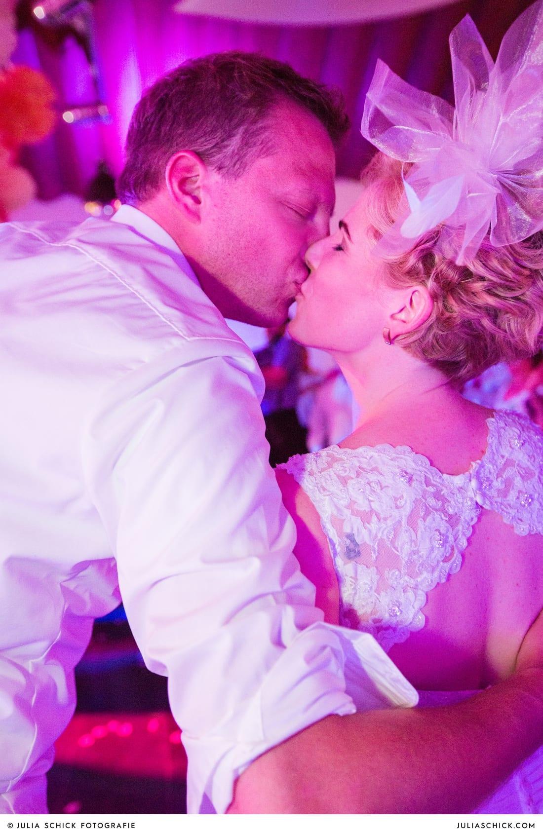 Küssendes Brautpaar bei Hochzeitsfeier auf dem Marienhof, Baumberge Nottuln