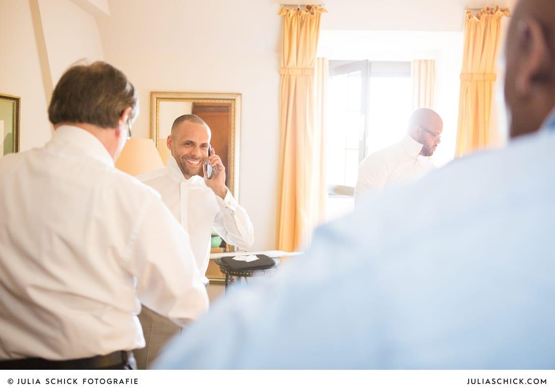 Getting Ready des Bräutigams vor standesamtlicher Trauung auf Sportschloss Velen im weißen Saal der Orangerie