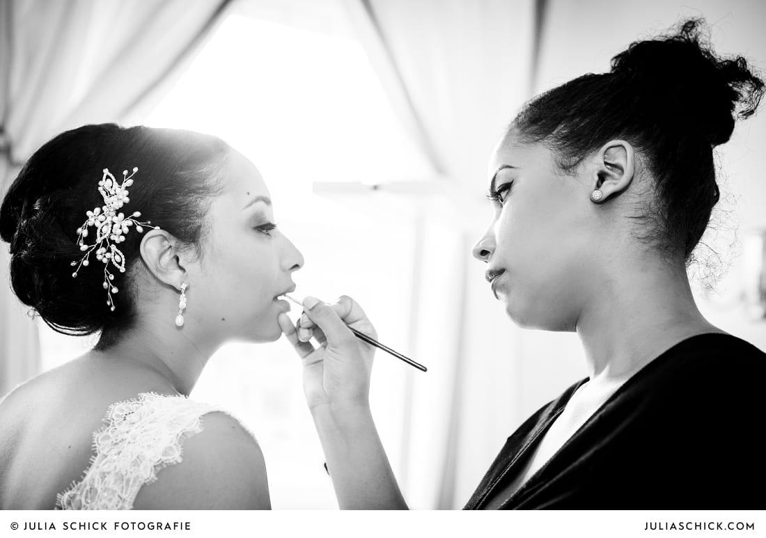 Braut wird von Latifah von Spatacular Düsseldorf geschminkt vor der standesamtlichen Trauung auf Sportschloss Velen im weißen Saal der Orangerie