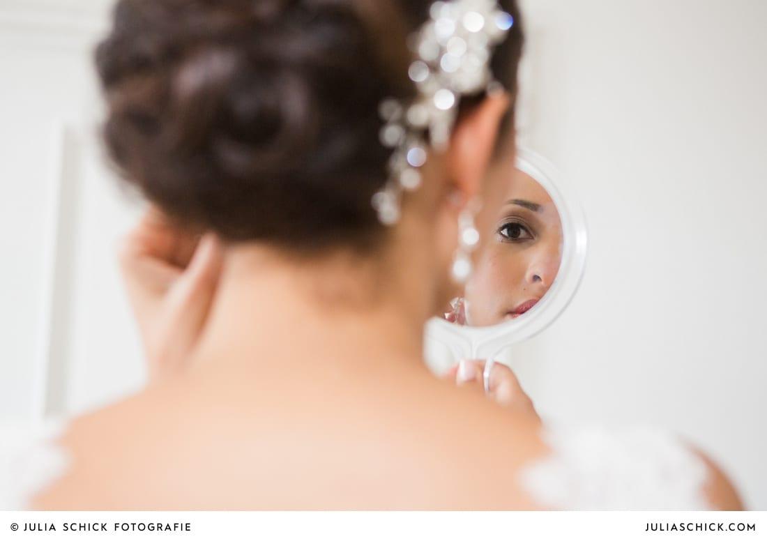 Braut schaut in den Spiegel standesamtlicher Trauung auf Sportschloss Velen im weißen Saal der Orangerie