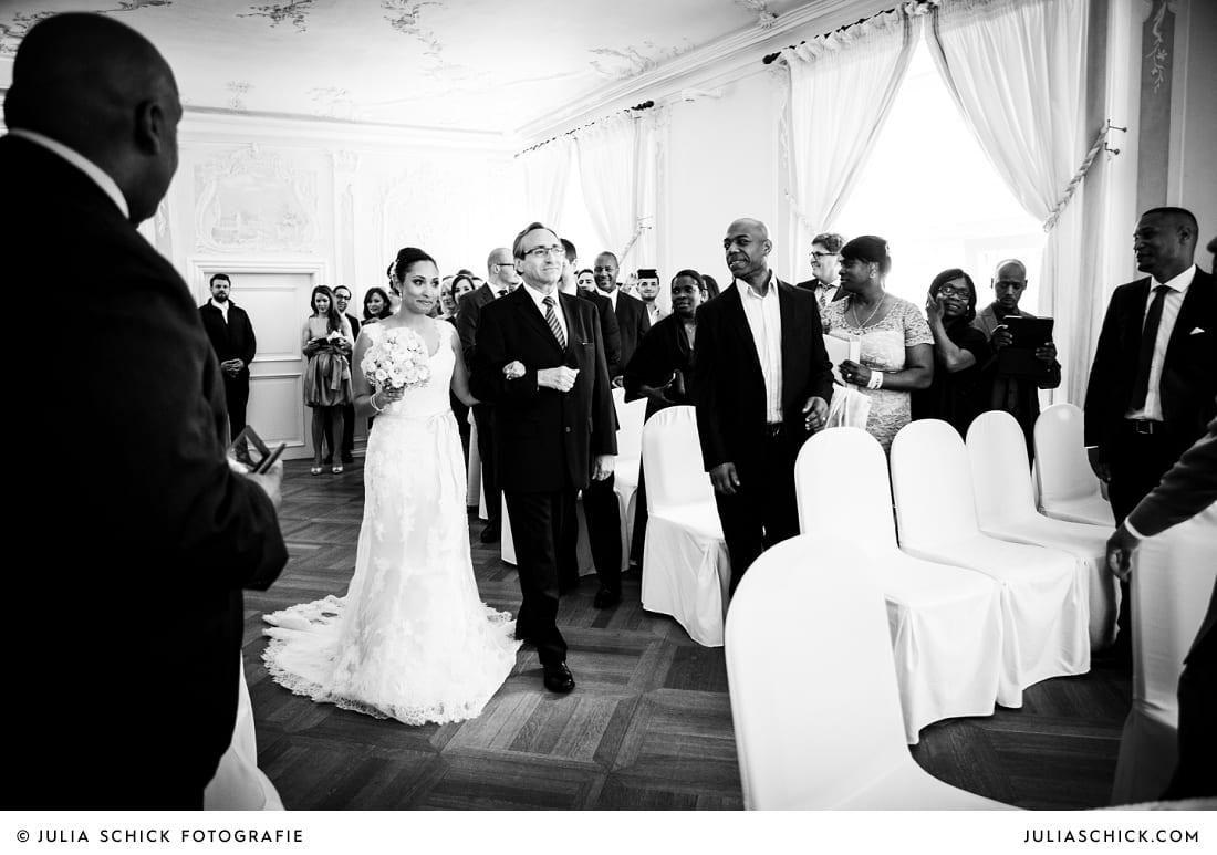 Einzug der Braut standesamtlicher Trauung auf Sportschloss Velen im weißen Saal der Orangerie