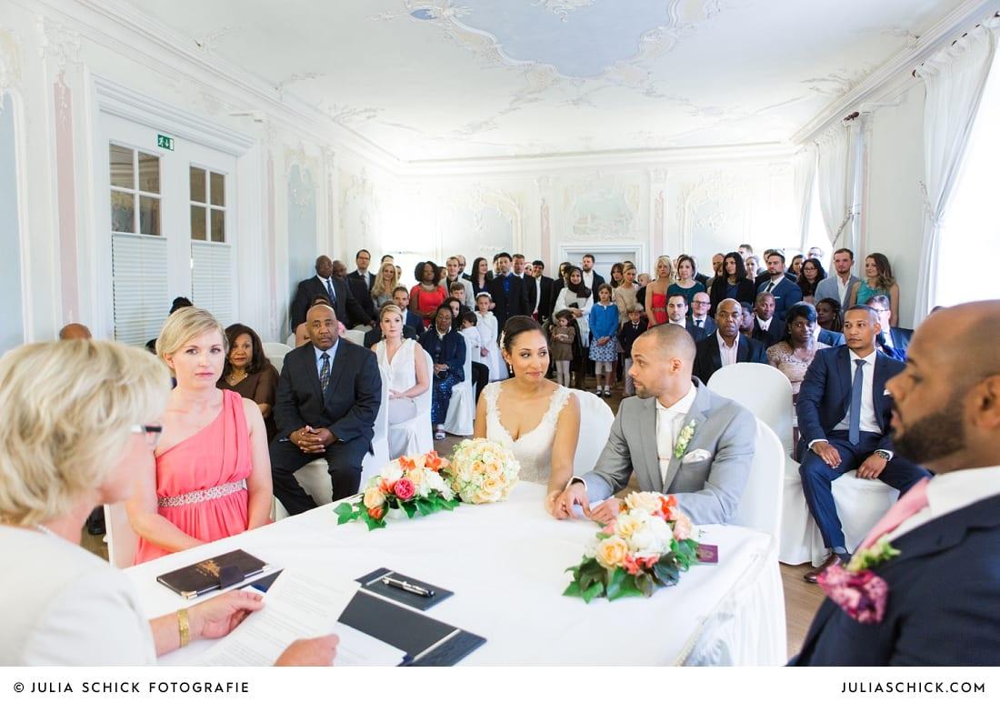 Brautpaar bei standesamtlicher Trauung auf Sportschloss Velen im weißen Saal der Orangerie