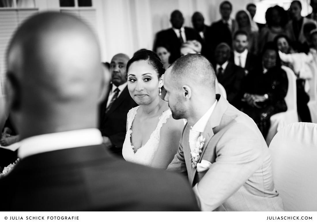 sich anschauendes Brautpaar bei standesamtlicher Trauung auf Sportschloss Velen im weißen Saal der Orangerie