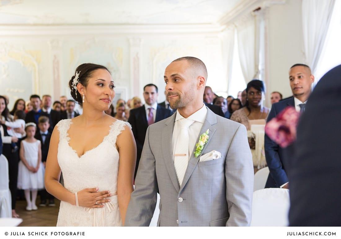 Bräutigam bei standesamtlicher Trauung auf Sportschloss Velen im weißen Saal der Orangerie